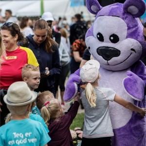 Bamseven får kram af børn til Fri for Mobberi Børnestafet