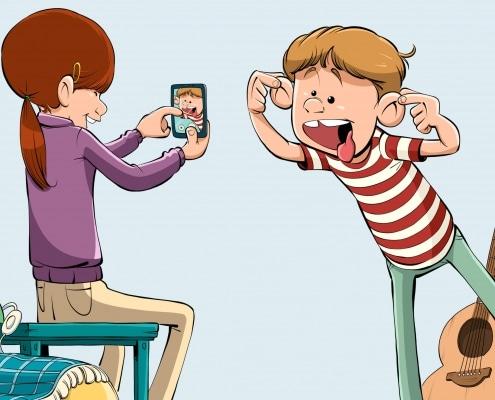 Et barn tager et billede på en smartphone af et andet barn