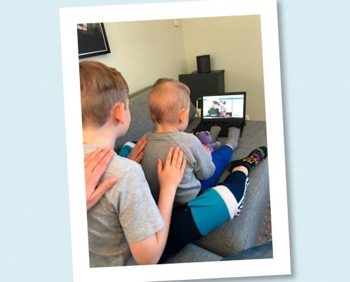 Børn der masserer hinanden til Fri for Mobberi Børnemassage